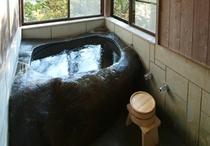 大岩をくりぬいたお風呂