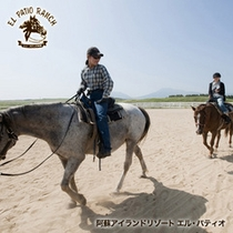 【スケール感溢れるロケーションでの爽快な乗馬体験】