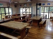 食堂 木のテーブル&椅子の温かみがある空間でおくつろぎください。