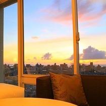 西側上層階のツインルームから見える夕日(※一部客室に限る)