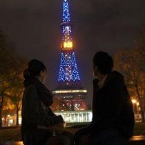 テレビ塔のきらめく夜景をふたりで