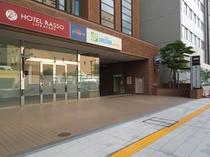 ホテル地下の提携駐車場入口※左折入場のみ可