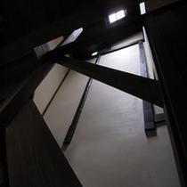 吹き抜けの階段スペース