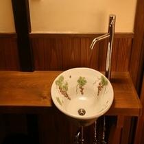 室内備品の数々‐信楽焼きの洗面ボール‐