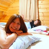 ロフトで寝る女性