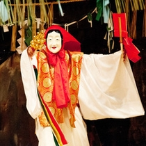 <高千穂の夜神楽>三十三番の演目の中から選ばれた舞を鑑賞できます。