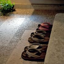 ④ いよいよ小梅やの館内です。館内は靴をぬいでお寛ぎいただくスタイルです。