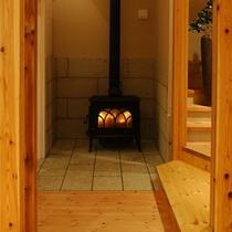 冬の期間は薪ストープが館内を暖めてくれます。。