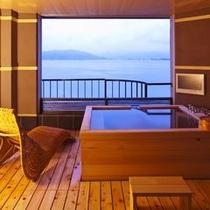 【プレジデンシャルスイート 「美湖の雫」】たゆたゆとあふれる源泉につかりながら諏訪湖を貸し切る贅沢。