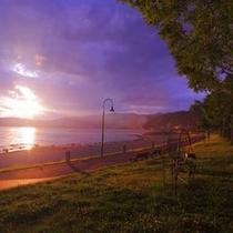 <神秘なる諏訪湖> 黄昏色に染まる諏訪湖に沈む夕日