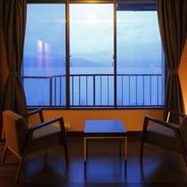 【客室】窓の外に広がる諏訪湖を眺めるゆっくりとした癒しの時間