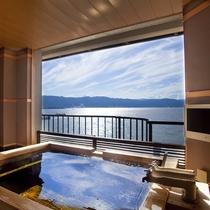 たゆたゆとあふれる源泉につかりながら、諏訪湖を貸し切る贅沢。