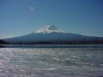 お部屋からの凍結した河口湖