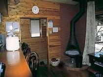 8人用10人用リビングには暖炉がありますテラスではバーベキューができます
