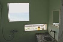 シャワー室からも海が見えます