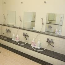 3人がけのシャワーがあるので広々とご利用頂けます。(シャワー男女各12基有