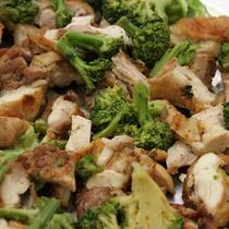 バイキング料理(一例)ブロッコリーと鶏肉の炒め物