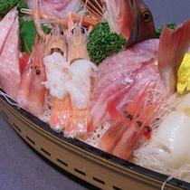 """*料理一例/舟盛りのお刺身は、名物""""刺身をのせる寿司""""でお召し上がりください。"""