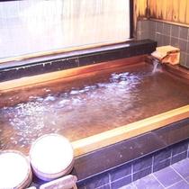 *内湯 桧風呂/湯量豊富な天然温泉は昼夜を問わず一晩中、贅沢にかけ流しでお愉しみいただけます。