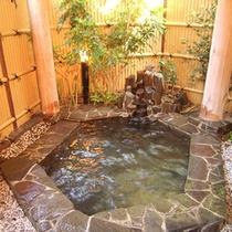 *露天風呂/大きくはありませんが、外気とともに季節を感じながら天然温泉をお愉しみください。