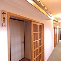*館内/客室前の廊下。真心とやすらぎの雰囲気つつまれた館内です。