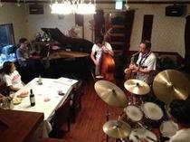 お客様がラウンジでJAZZバンドの練習風景です。