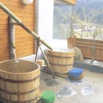 【露天風呂】桶風呂で温泉を独り占め