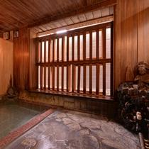 *極(貸切風呂)/温かい湯船に浸かりながら、格子窓から入る心地よい風に癒されて。