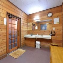 *楽(貸切風呂)/少々手狭ではございますが、掃除が行き届いた脱衣スペース。