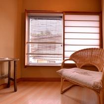 *和室7〜8畳(客室一例)/窓辺の椅子に腰かけて、草津にそよぐ心地よい風を感じて。