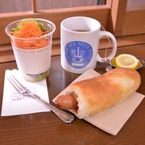 *併設のオープンカフェでホットドックとサラダをチョイス。美味しくて手軽に食べられるのが人気◎