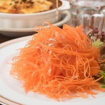 *2階レストラン/カレーが名物、洋食メインの食事&各種お酒をご用意。スパイス効いたカレーが絶品