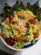 大皿料理を代表する超大盛りサラダ