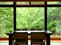 【食事処】目の前に広がる景色が食事に一層彩りを添えます。