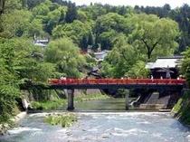 【赤い中橋】人気の写真スポットです。夏場はライトアップもされています♪