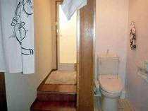 シャワー室の横には トイレがあります