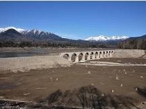 完全に姿を現したタウシュベツ川橋梁