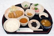 無料夕食 日替定食例(とんかつとネギトロ定食)