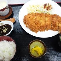 *【食事例】とんかつ定食。館内のレストランで召し上がれます。