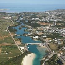 *【周辺】琉球石灰岩で綴られる海岸線の美しさ。高い透明度を誇る海の青さは伊良部島ならでは!
