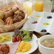 朝食は焼き立てパンが人気