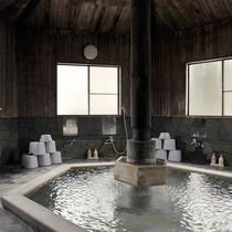 ■浴槽は檜づくりで木肌のぬくもりを感じながらお湯を楽しめます(郷の湯)