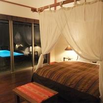 *【阿檀】天蓋付きのダブルベッドのあるアダン。夜はプライベートプールのライトアップも幻想的。