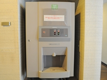 【給茶機】2階フロアにもセルフサービスのお茶をご用意しております
