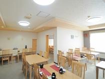 【お食事処ぷるけ】明るい食堂。こちらでお食事をご堪能ください