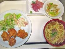 【そばとチキン唐揚げ定食】沖縄といえばソーキそば。