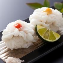 鱧寿司は素材そのものの味が楽しめるよう藻塩をかけて≪料理イメージ≫