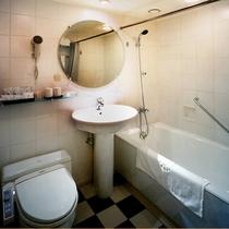 デラックスツイン・トリプル ルームのユニットバス・トイレ