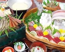 魚介類がいっぱいの料理(一例)