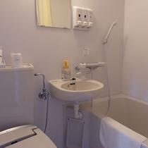 【リニューアルフロア_ユニットバス一例】白を基調としたユニットバス。一部客室はバストイレ別♪